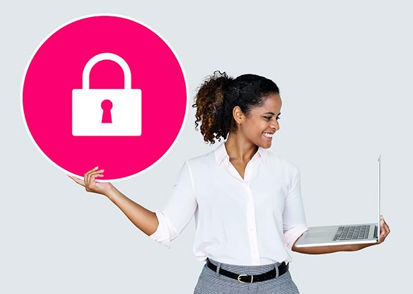 Vendedora de e-commerce satisfeita com a segurança