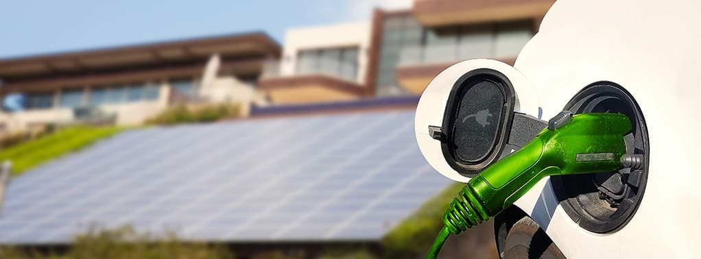 auto wordt opgeladen met zonnepanelen