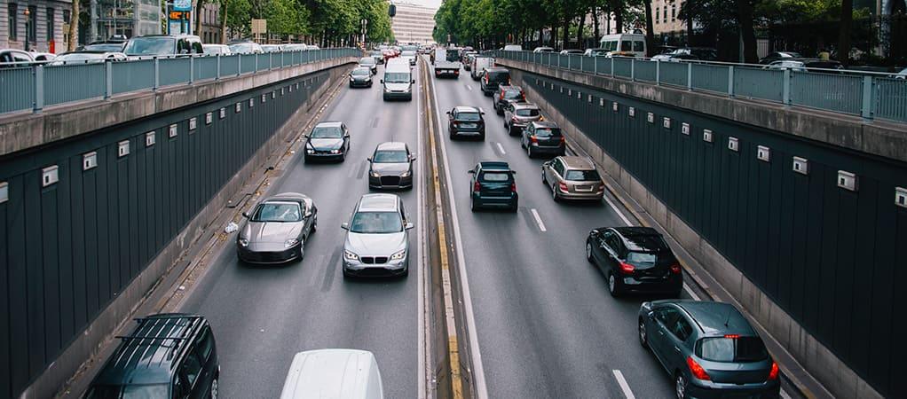 auto's op de weg richting een tunnel