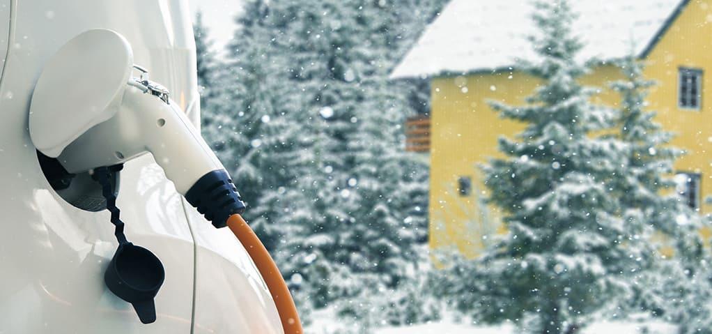 auto wordt opgeladen in de winter