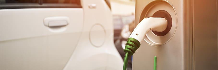 laadpaal met witte elektrische auto