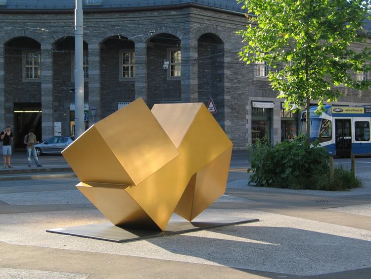 Die Skulptur im Abendlicht