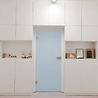 Eine Schrankwand in weiß als Raumteiler