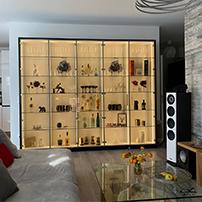 Ein Barschrank mit Glasfront und LED-Beleuchtung