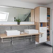 Modernes Badezimmer mit Hängeschränken