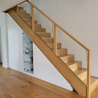 Weißer Treppenunterschrank mit Glastür
