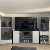 TV-Wohnwand mit Glasfronten