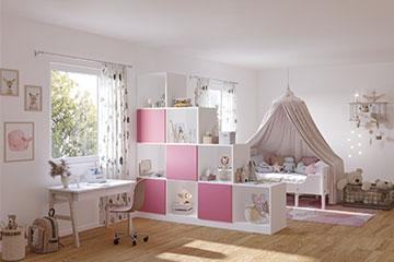 weißes Stufenregal als Raumteiler im Kinderzimmer
