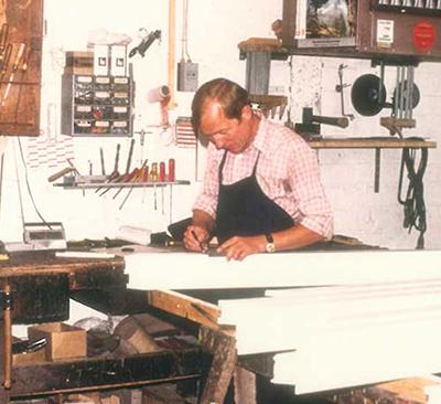 Unser Tischlermeister vor vielen Jahren bei der Arbeit