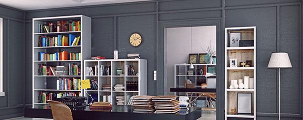 weißes Stufenregal mit Büchern im Büro