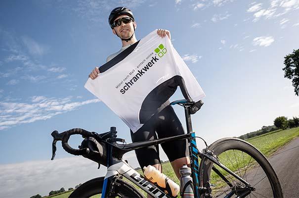 Eike Lindemann bei seiner Spendensammlung mit dem Rennrad