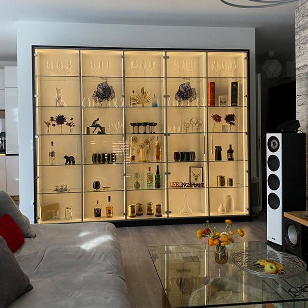 Ganzglastüren im Regal im Wohnzimmer