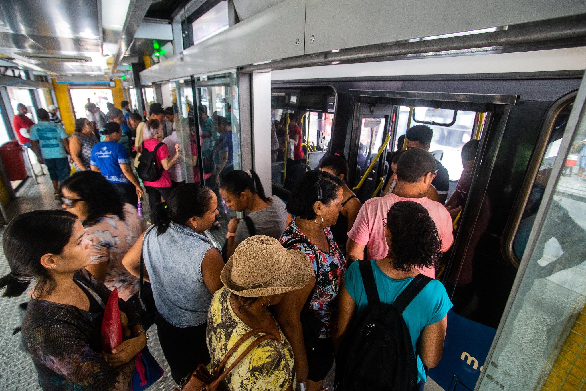 Pessoas se movimentam em ônibus lotado