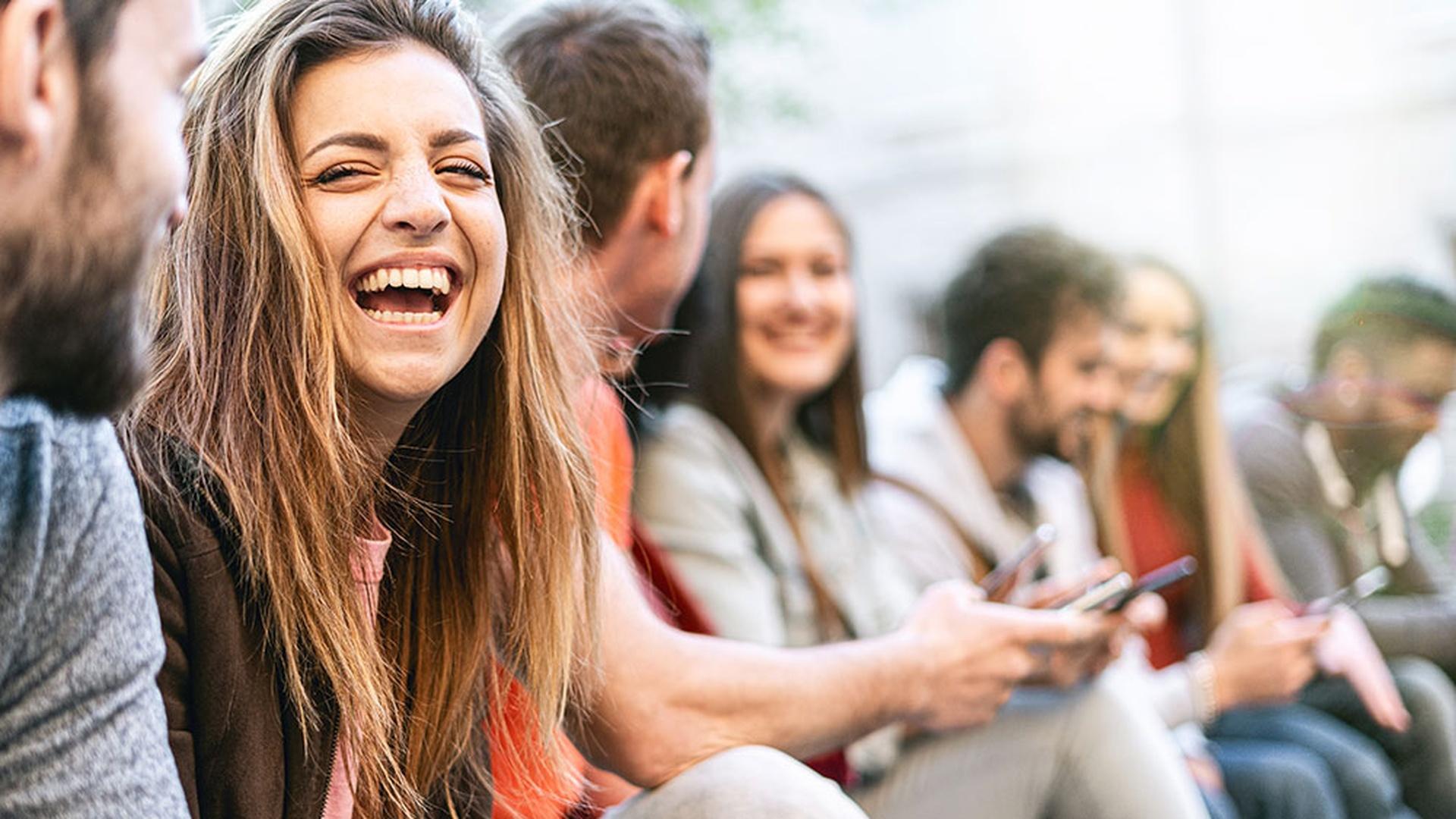 LINK Mobility - fröhliche Menschen mit Smartphone - Year of Customer Experience