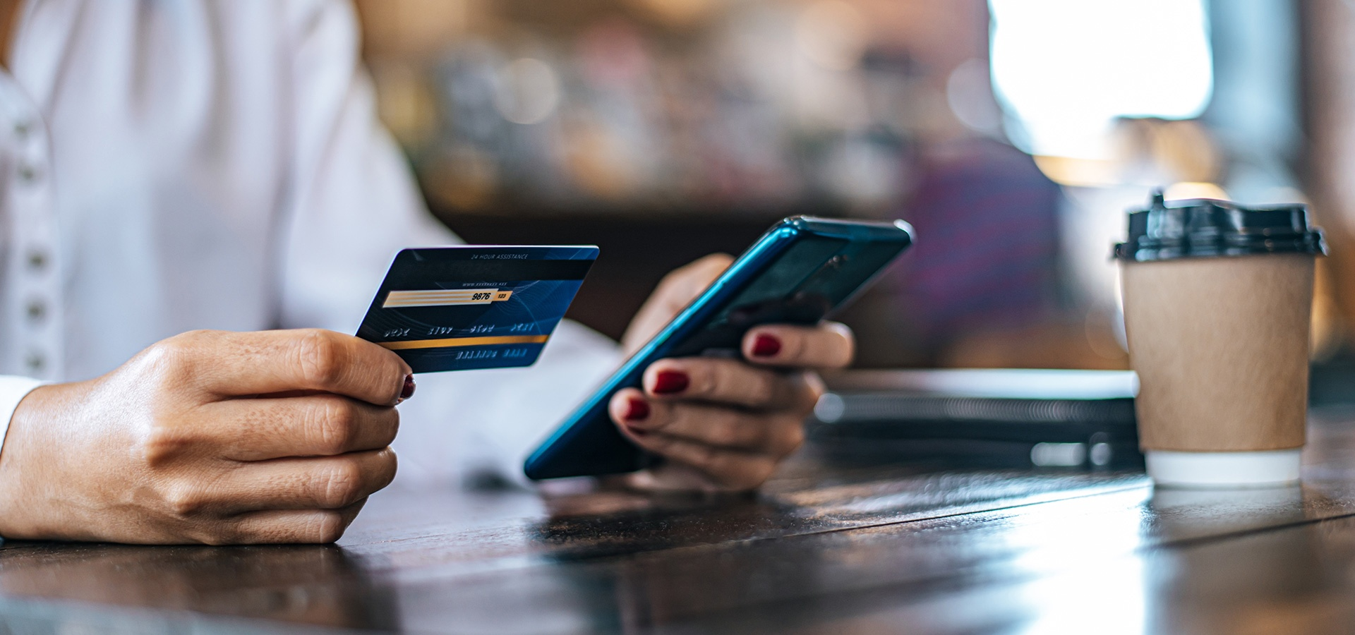 LINK Mobility - Person mit Smartphone und Kreditkarte, Beste Customer Experience für Versicherungen und Banken