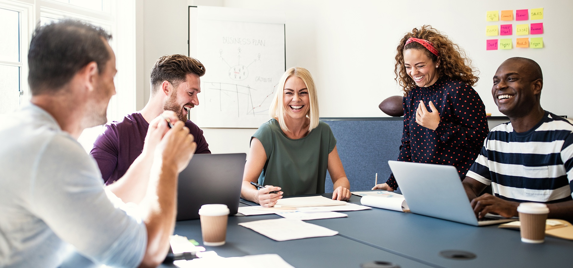 LINK Mobility - Gruppe von Kollegen im Büro, Zielgerichtete Kommunikation für Marketing- und Saleskampagnen