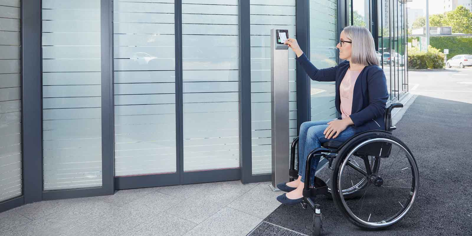 Girl in a wheelchair uses KeBin S10 and authenticates contactlessly via her bank card and FC technology