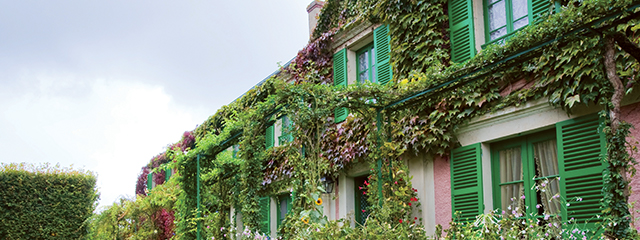 green vines wrapping up the monet house at giverny