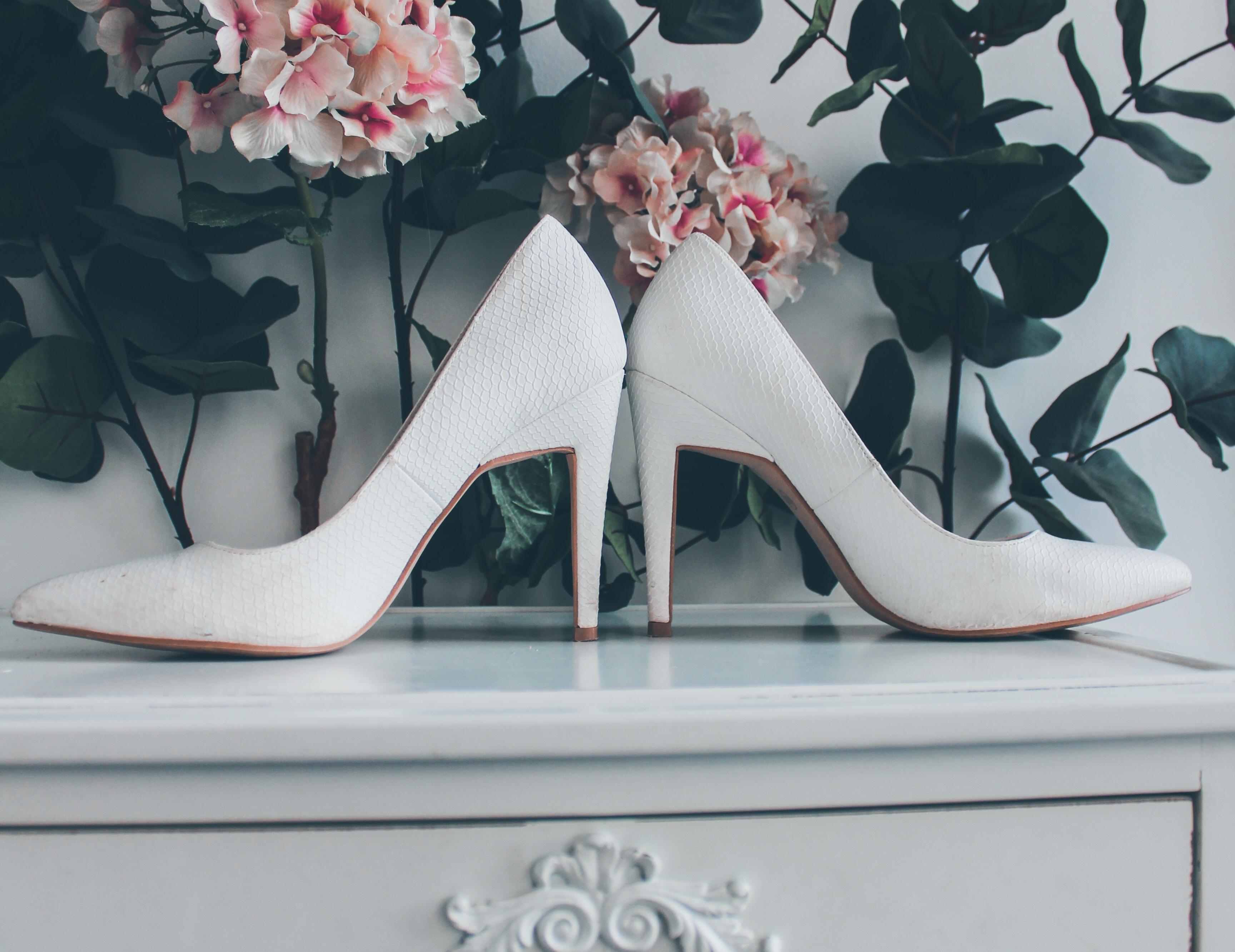 Brautschuhe für die perfekte Hochzeit. Weiße Pumps mit Midi