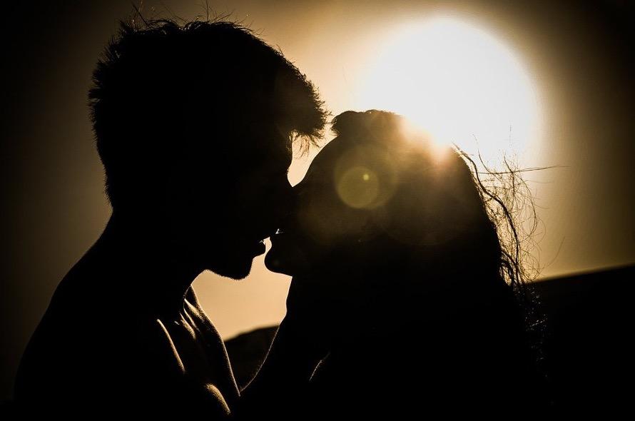 Paar küsst sich im Sonnenuntergang