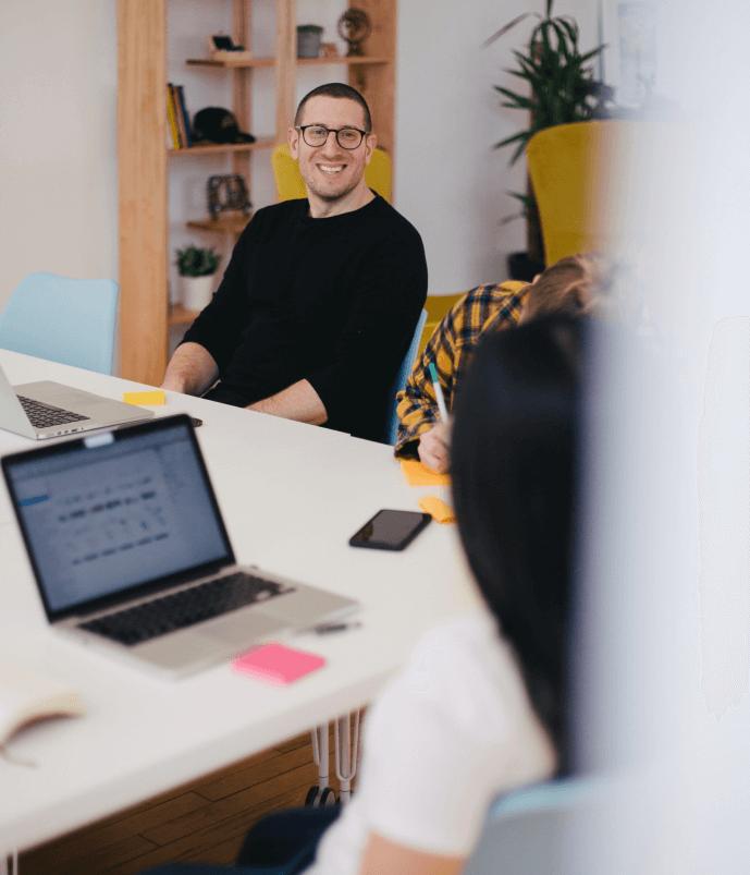 Liikemies, jolla on lasit tiimityötä tai tiimin kehittämistä