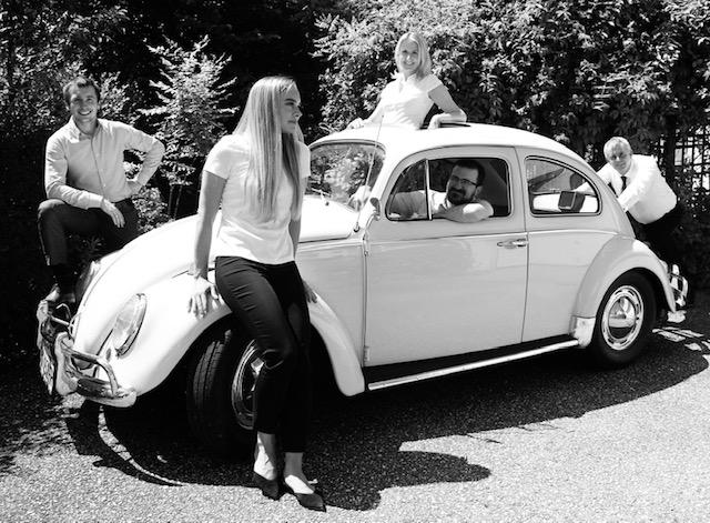 Team im VW Käfer