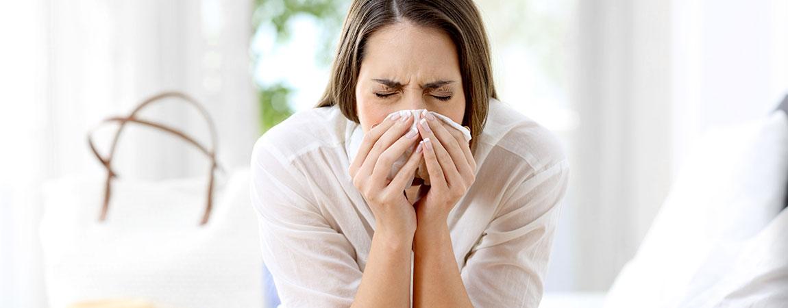 Frau mit allergischem Schnupfen