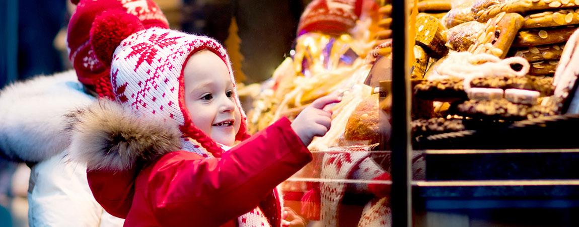 Kind am Weihnachtsmarkt