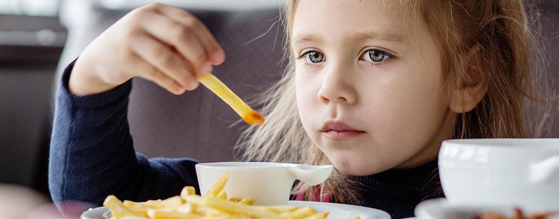 Kind isst Fastfood