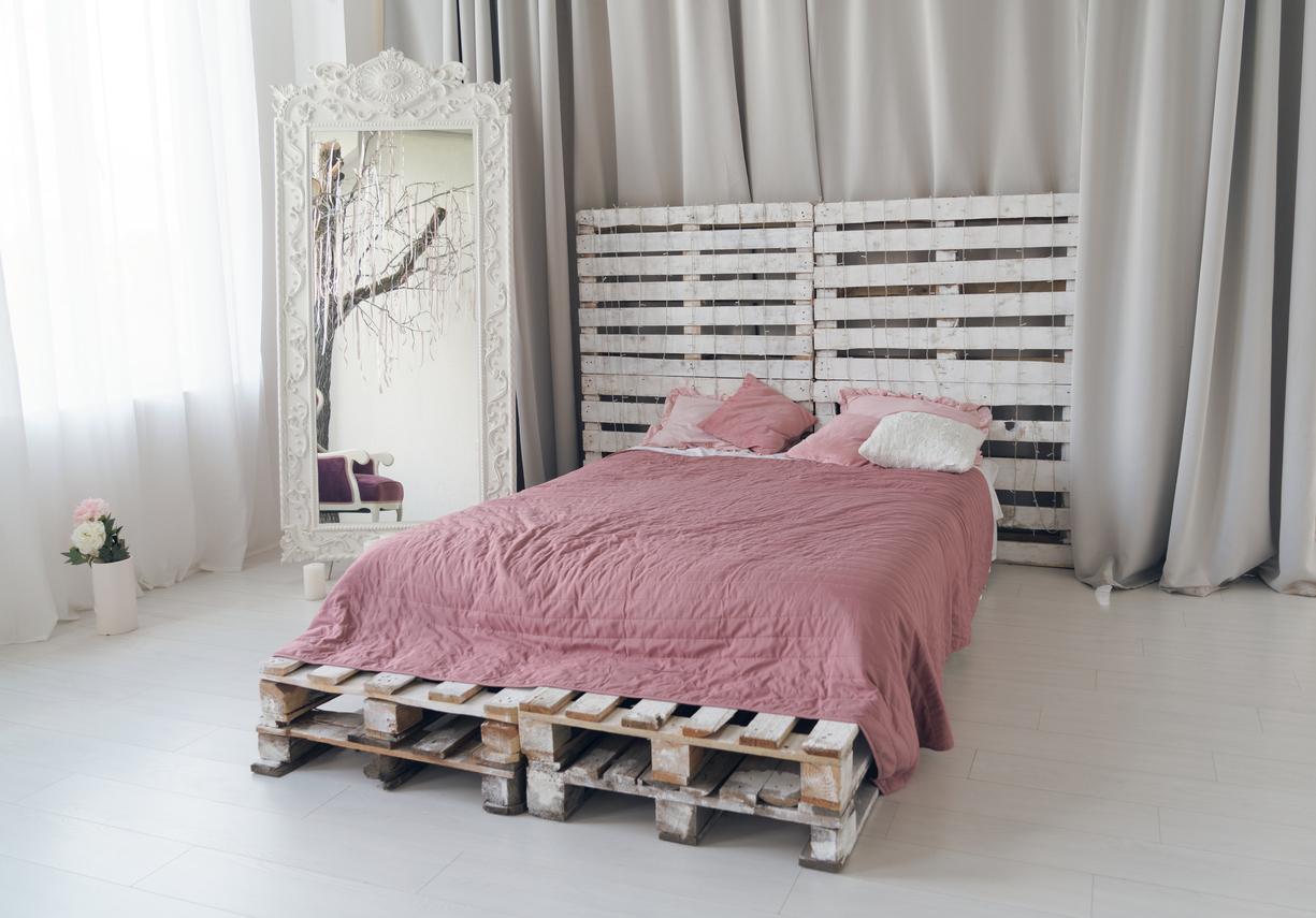 Ursprünglich wollten die Menschen nicht mehr auf dem kalten Boden schlafen und haben deshalb ihre Schlafstätte erhöht.