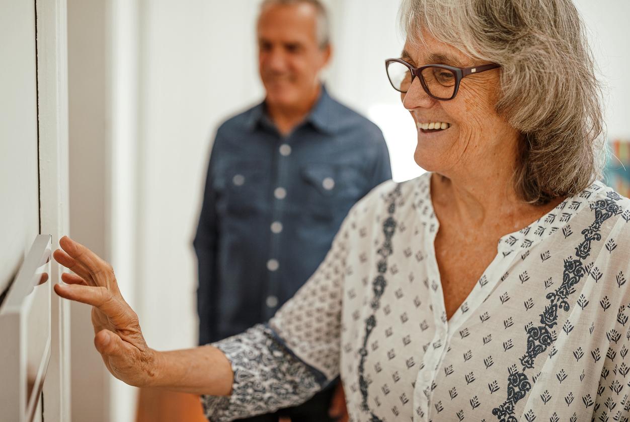 Auch für Senioren sind Smart-Home-Touchpads hilfreich. Sie schließen Fenster und Türen beim Verlassen des Hauses, regulieren Heizsysteme und Jalousien über die Spracherkennung.