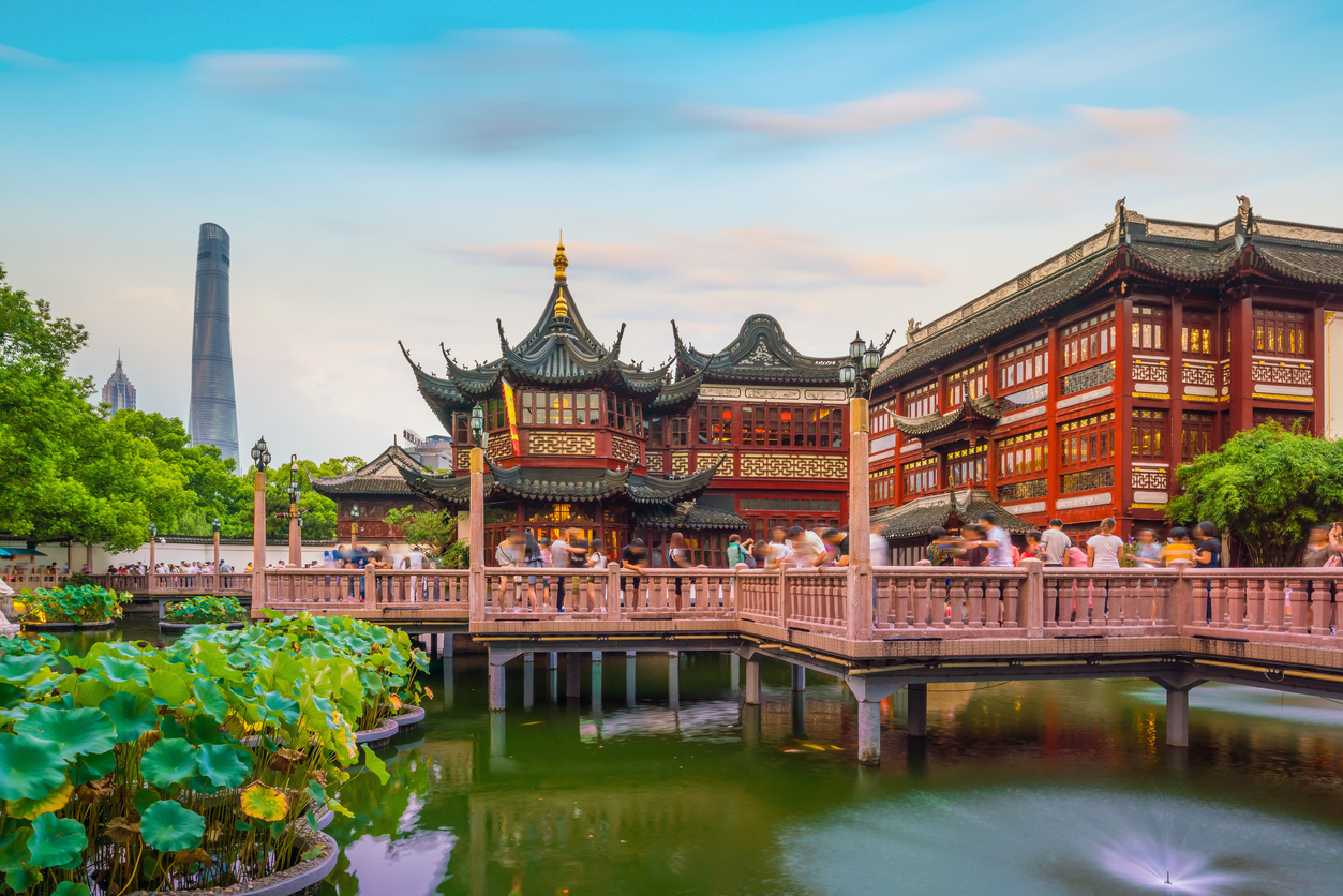 Shanghai sind elemente traditioneller chinesischer Kultur mit Hochhäusern und neuester Technologie verbunden.