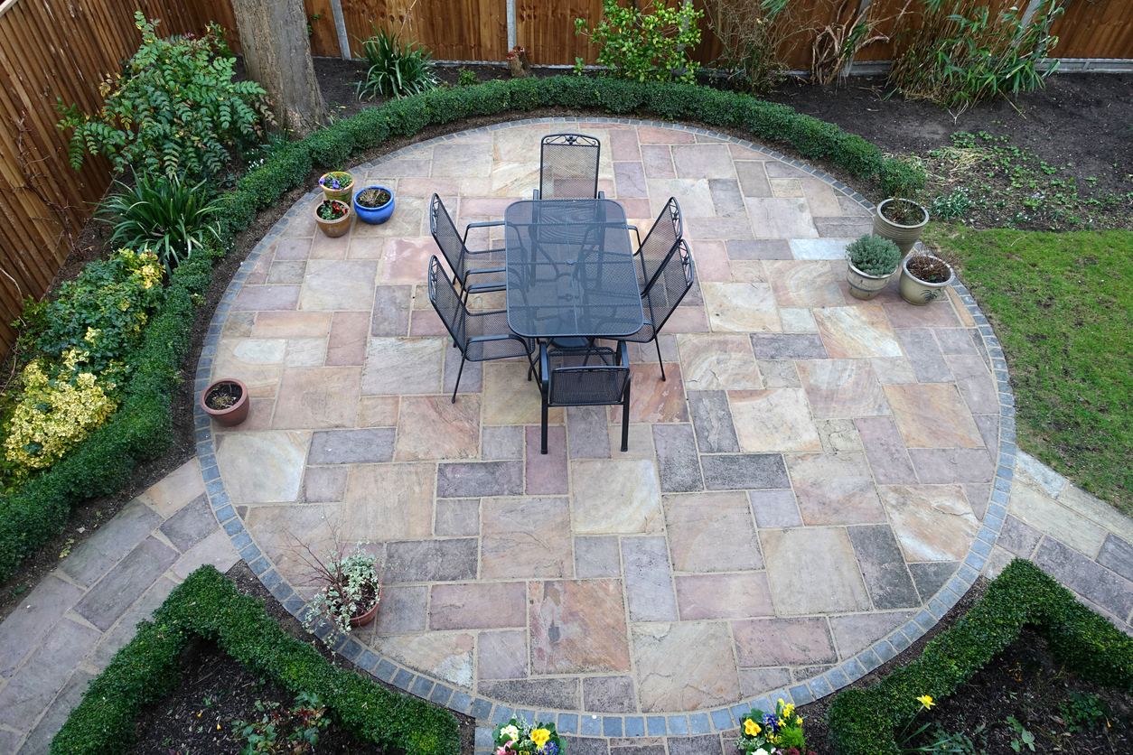 Toller Kontrast zur Gartenfläche: Ein Terrassenbelag aus Stein.