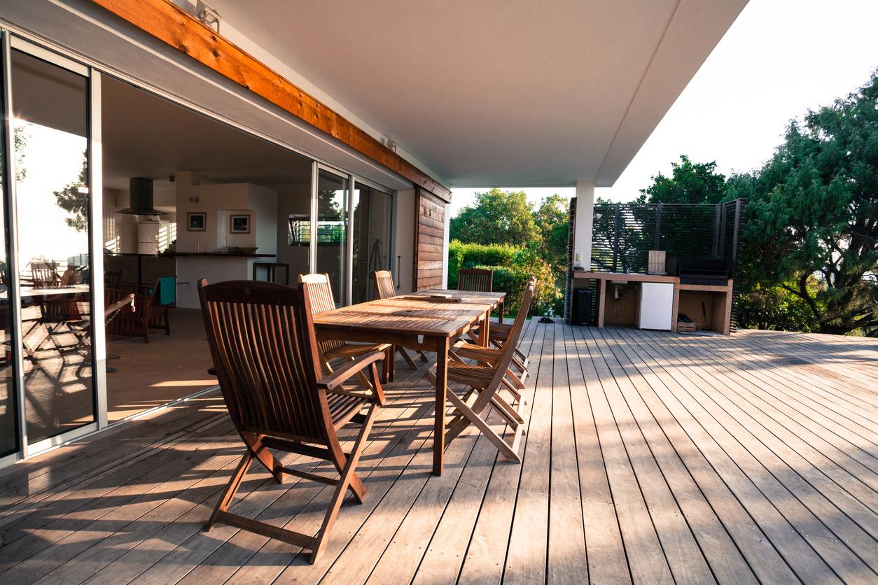 Wer sich für einen Terrassenbelag aus Holz entscheidet, sollte an die regelmäßige Pflege denken.