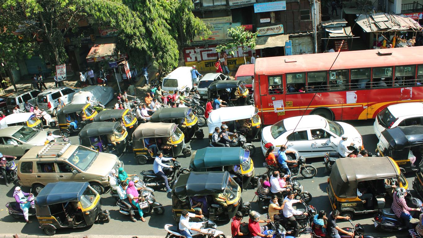 Menschenmengen überall - doch nicht alle haben das Glück, ein Leben im Luxus zu führen.
