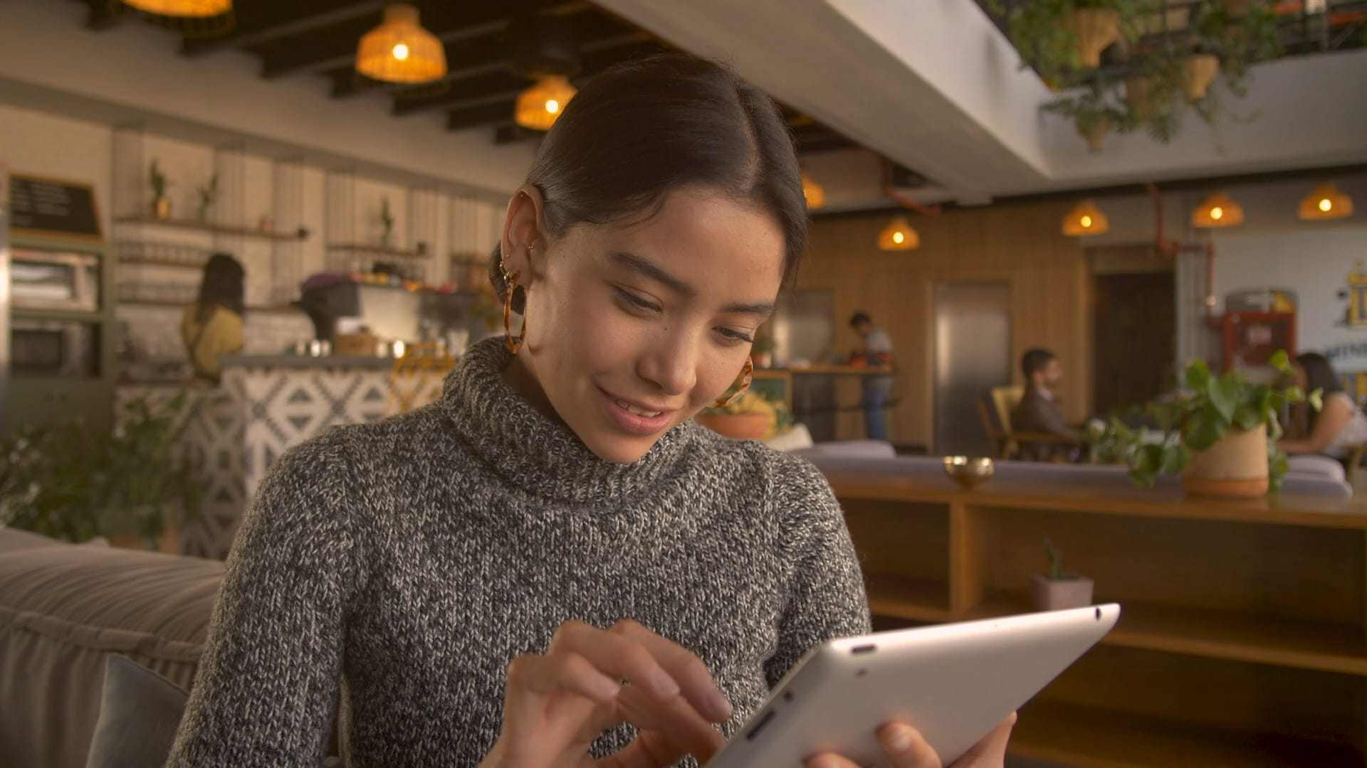 Lady using an ipad in a cafe