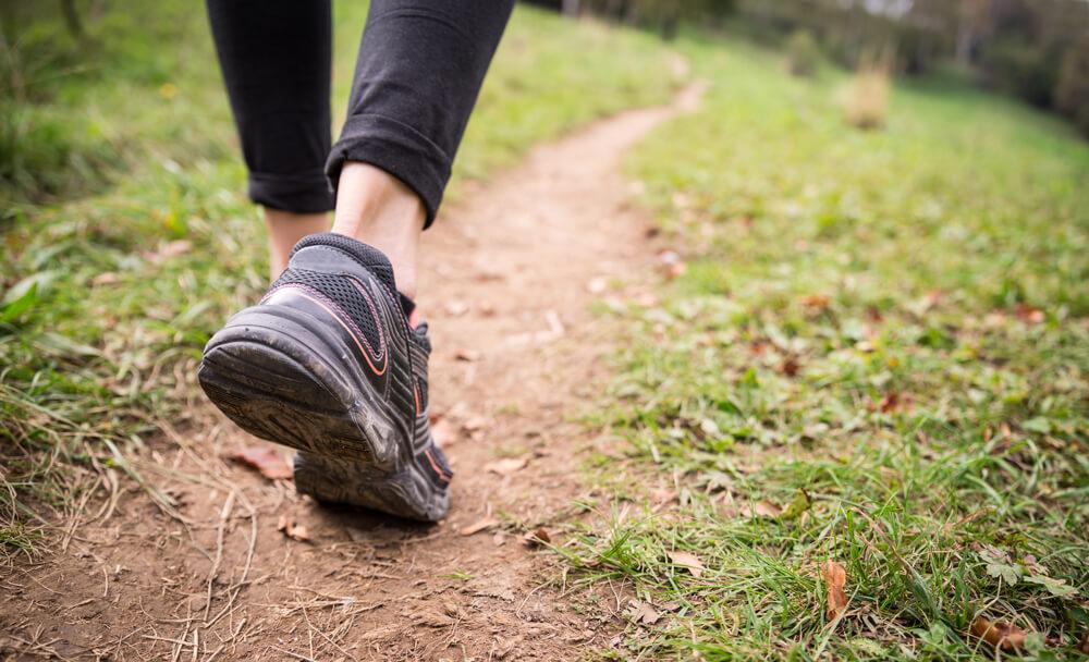 Asthmapatient beim Laufen durch den Wald