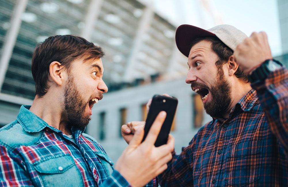 websms - Zwei Männer freuen sich sehr über Ihren Gewinn bei einem SMS-Gewinnspiel