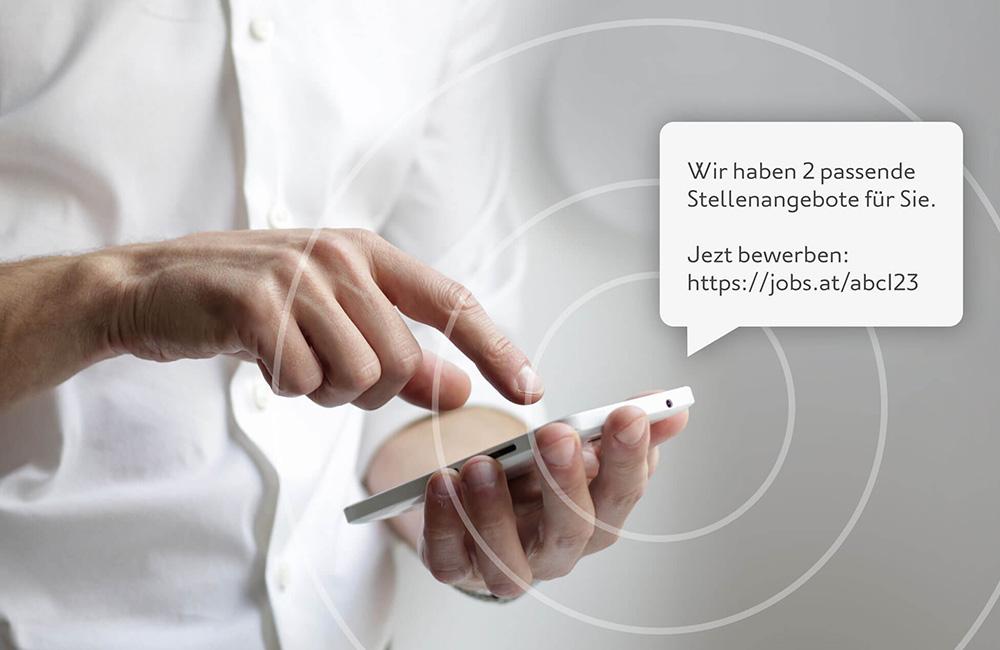 websms - Mann erhält SMS mit Stellenangeboten auf sein Smartphone