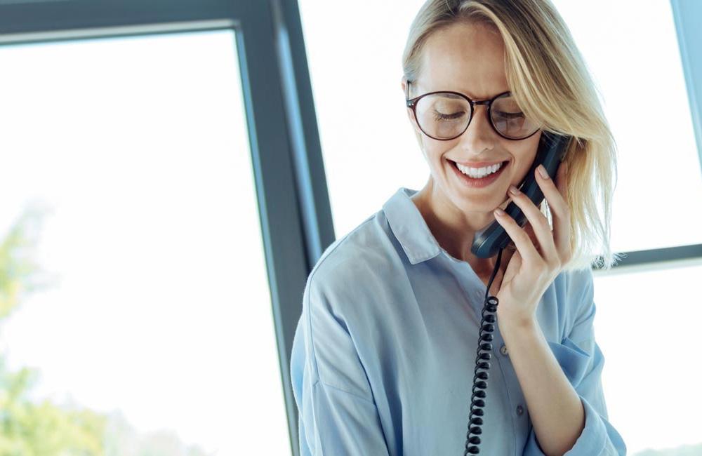 websms - Frau telefoniert am Festnetz Sprachanruf