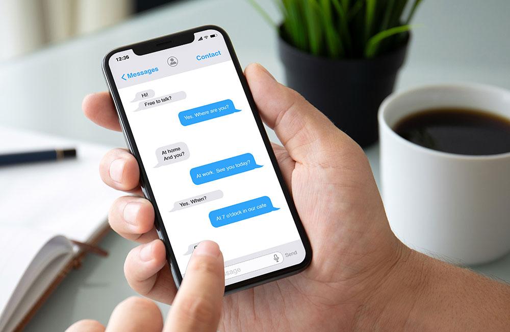 websms - Eine Person schreibt am Smartphone SMS Nachrichten