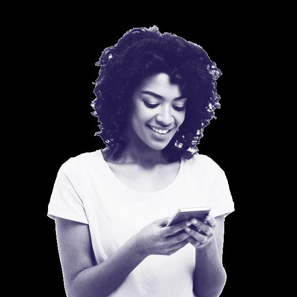 websms - junge Frau liest SMS-Nachricht auf ihrem Smartphone