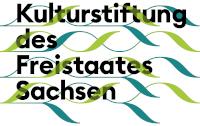 Logo Kulturstiftung des Freistaats Sachsen. Schwarze Schrift mit grünen und türkisen Wellen