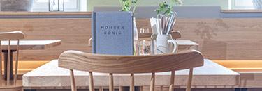 Intérieur gastronomique avec meubles en chêne - GO IN