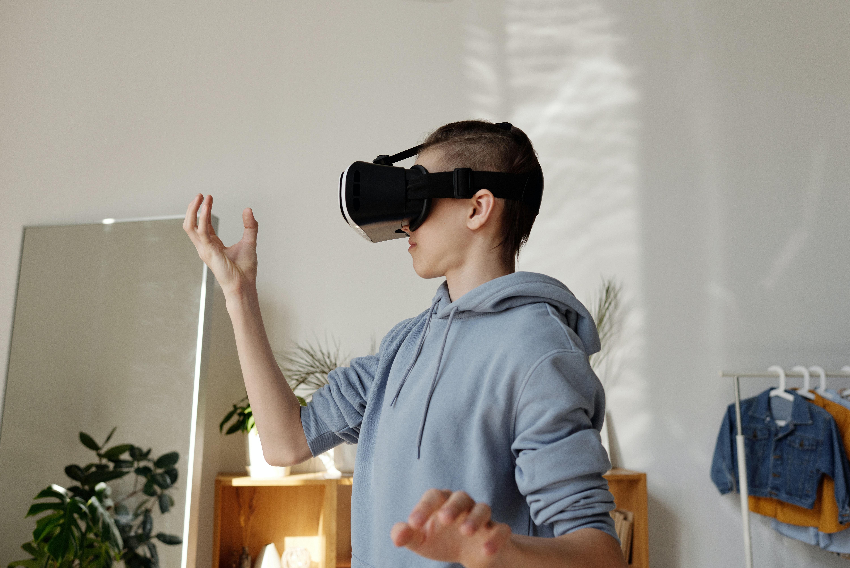 Jeune adulte testant un casque de réalité virtuelle
