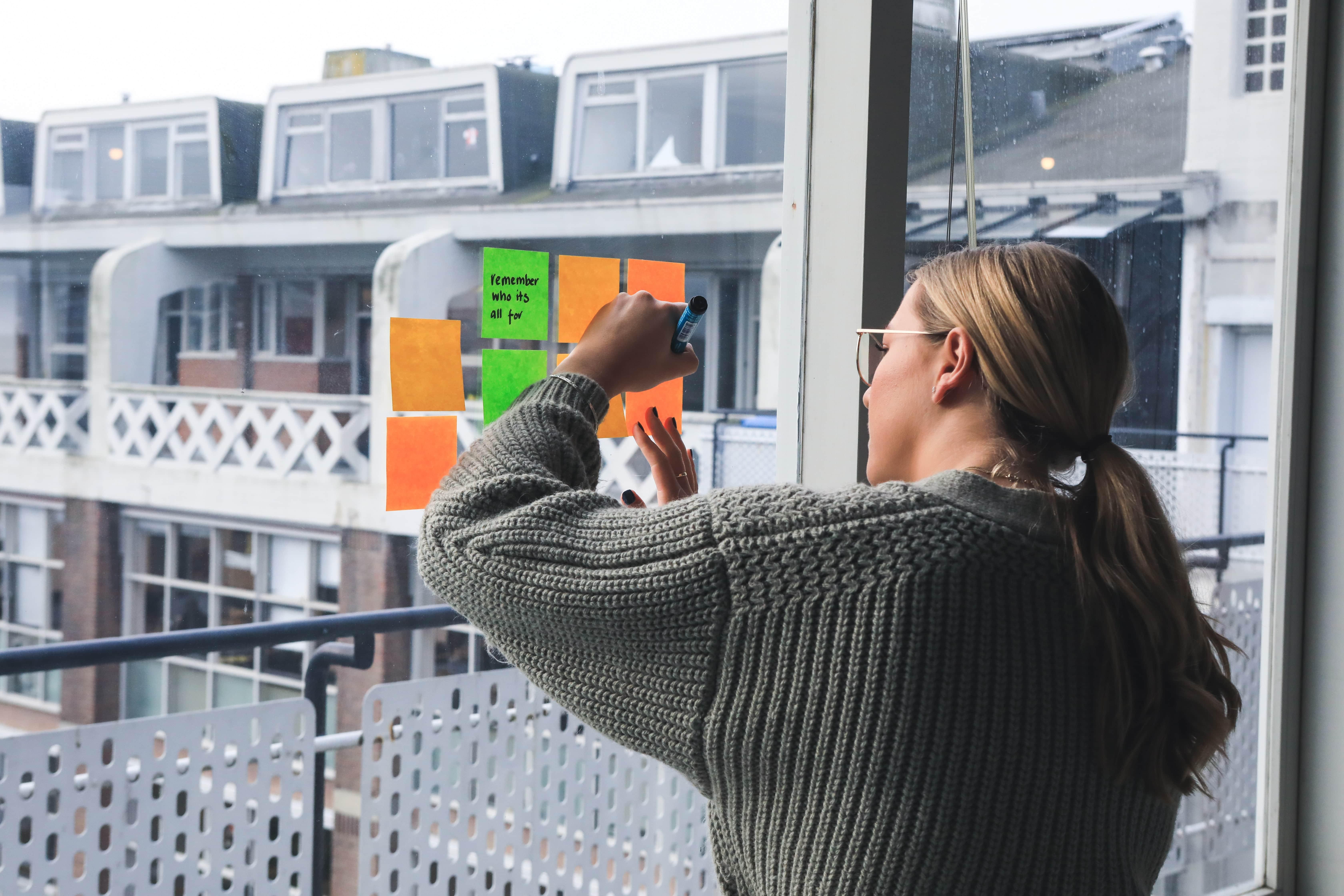 Post-it collés sur une fenêtre